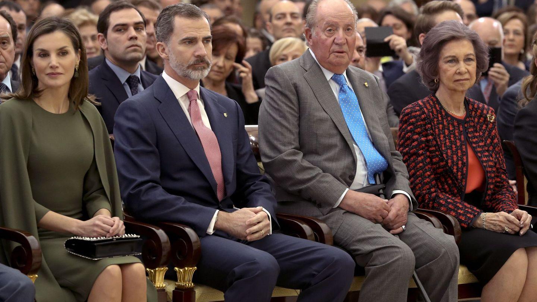 Los Reyes Felipe VI y Letizia, junto a los Reyes eméritos Juan Carlos y Sofía, en una imagen de archivo. (EFE)