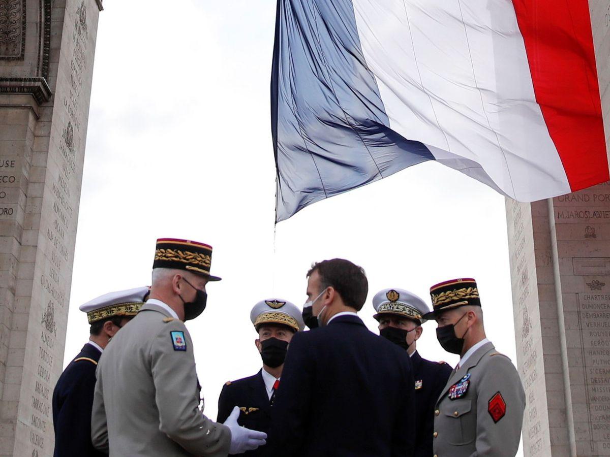 Foto: El presidente francés, Emmanuel Macron, junto a los jefes de las fuerzas armadas durante la ceremonia que marca el fin de la Segunda Guerra Mundial. (EFE)