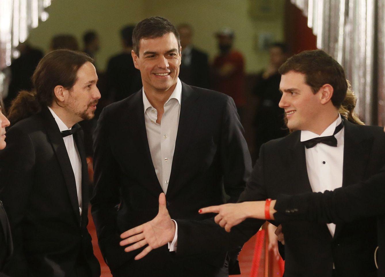 Foto: Pablo Iglesias, Pedro Sánchez y Albert Rivera, en la Gala de entrega de los 30 Premios Goya. (EFE)