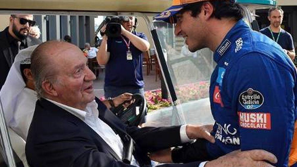 Foto: El rey Juan Carlos y Carlos Sainz Jr en Abu Dabi. (IG)