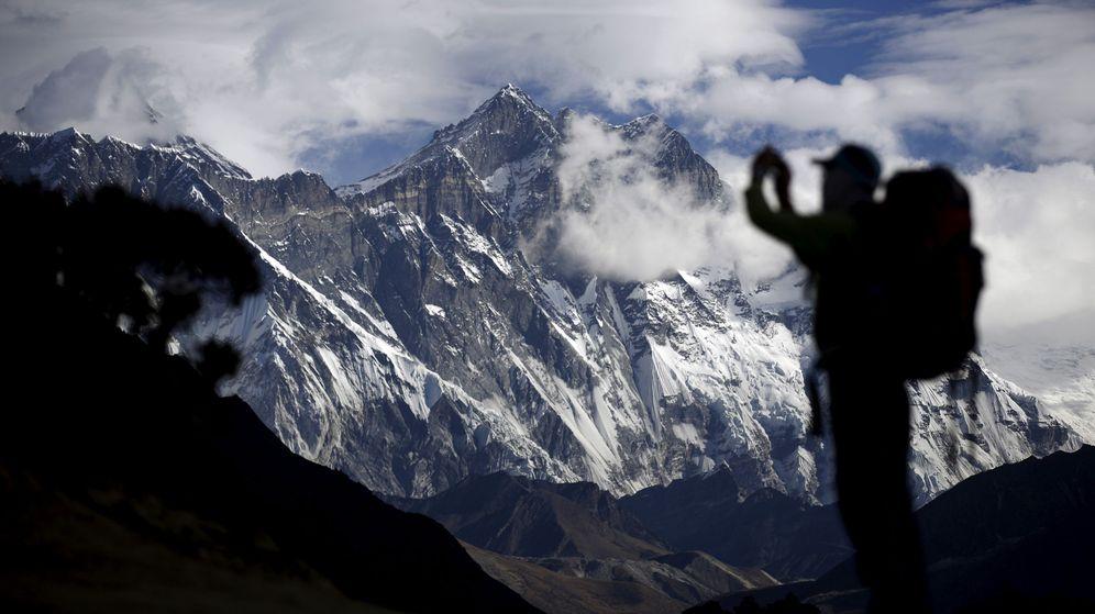 Foto: Un turista hace una foto del Everest en 2015, el peor año en la afamada ascensión del Himalaya. (Reuters)
