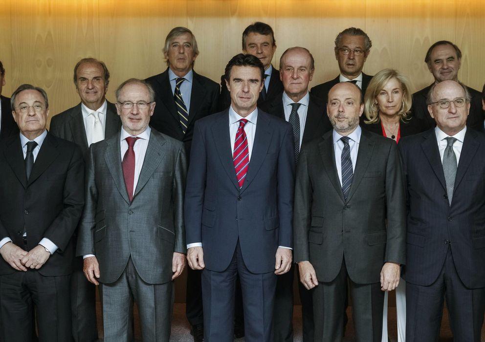 Foto: El ministro de Industria, José Manuel Soria (c) junto al presidente de Indra, Javier Monzón (2d). (EFE)