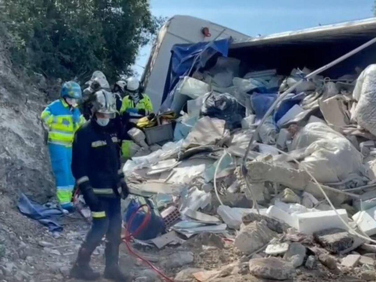 Foto: Bomberos entre los escombros. (EFE)