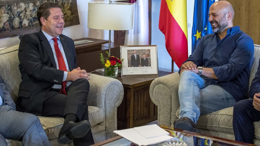 Foto: El presidente de Castilla-La Mancha, Emiliano García-Page (i), durante una reunión junto al secretario general de Podemos en la región, José García Molina. (EFE)