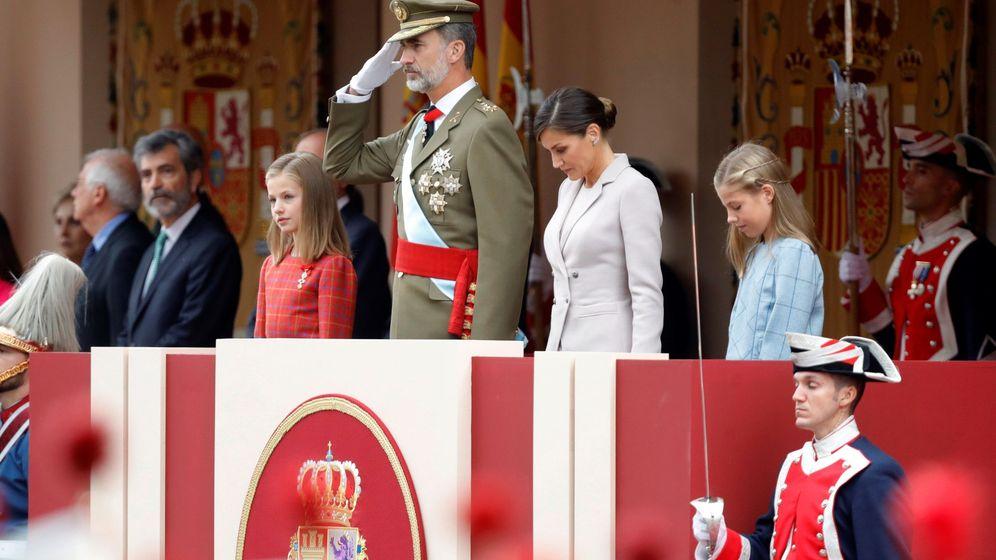 Foto: Los Reyes, la princesa Leonor y la infanta Sofía, durante el tradicional desfile del 12 de octubre. (EFE)