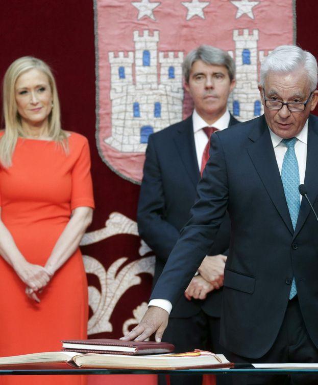 Foto: El nuevo consejero de Sanidad; Jesús Sánchez Martos, toma posesión de su cargo durante un acto celebrado en la Real Casa de Correos de la Puerta del Sol. (Efe)