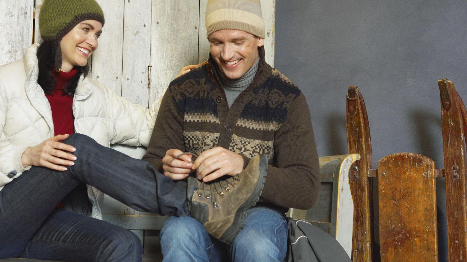 Foto: Claro que se sabe atar las botas. Por suerte, hacerse la boba en exceso como truco para ligar se está superando. (Corbis)