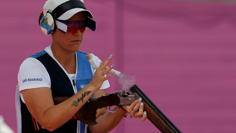 Alessandra Perilli de San Marino compite durante las rondas clasificatorias de fosa femenino de tiro. (EFE)