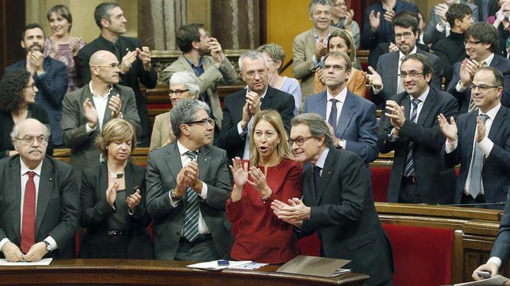 Foto: Mas-Colell, abajo a la izquierda, no aplaude la aprobación de la resolución independentista. (Efe)