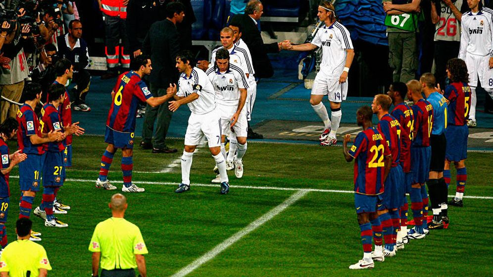 Foto: Xavi saluda a Raúl en el pasillo que el Barça le hizo al Madrid en 2008
