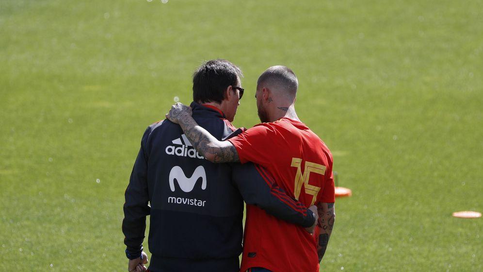 Foto: Julen Lopetegui y Sergio Ramos mantienen una charla durante un entrenamiento de la Selección española. (EFE)