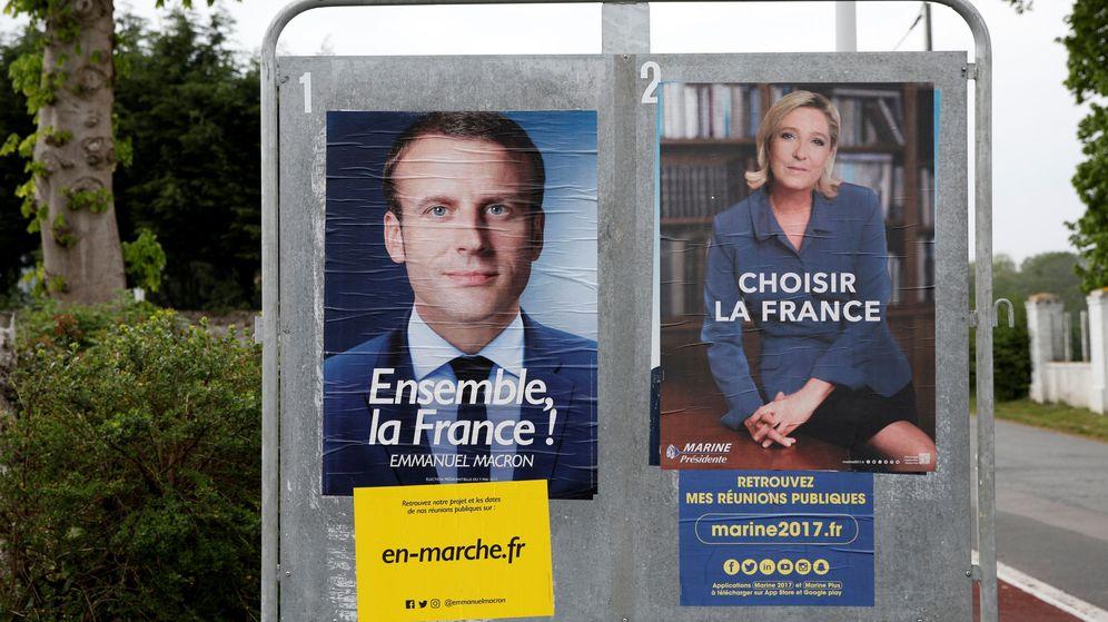 Foto: Dos carteles de los candidatos Emmanuel Macron y Marine Le Pen a la presidencia de Francia. (Reuters)