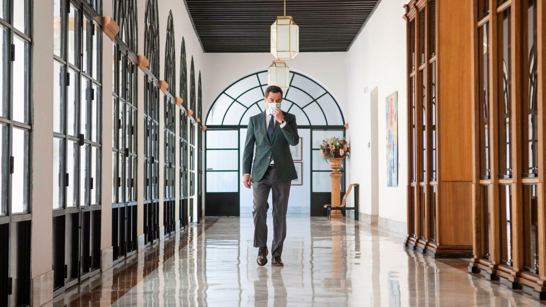 El presidente de la Junta, Juanma Moreno, a su llegada al Parlamento de Andalucía. (EFE)