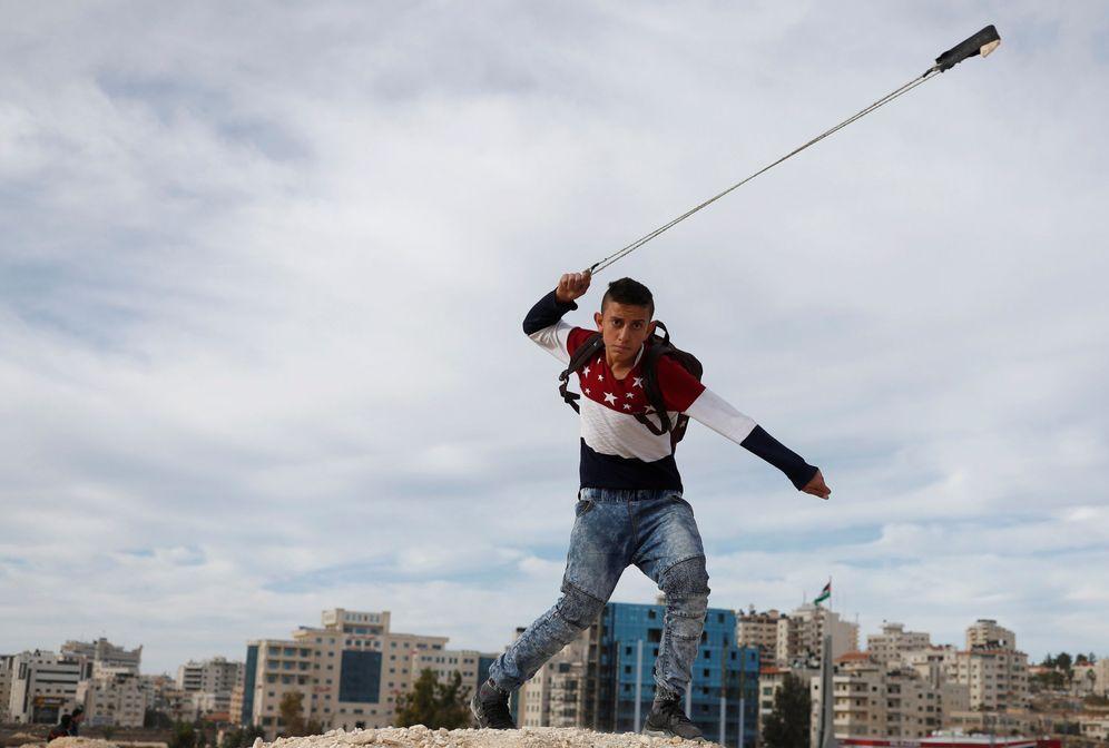 Foto: Un palestino arroja piedras contra soldados israelíes durante una protesta en el asentamiento de Beit El, en Cisjordania. (Reuters)