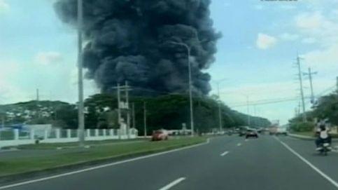 Espectacular incendio de una fábrica de neumáticos en Filipinas