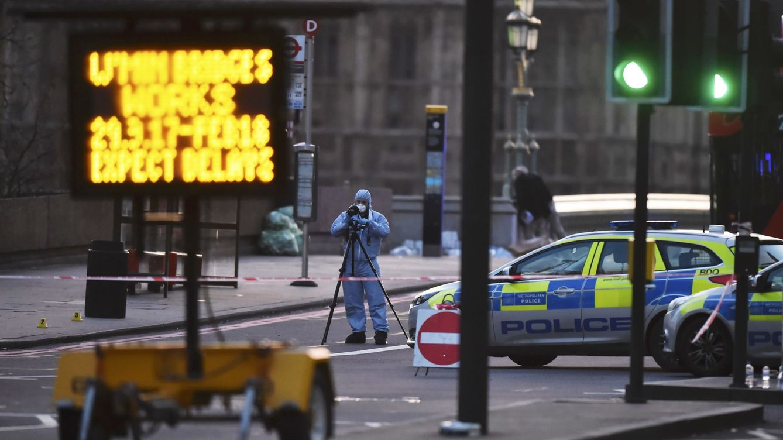 Foto: Oficiales de policía trabajan en el lugar del atentado en Westminster. (Reuters)