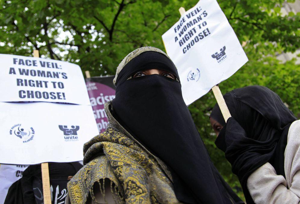 Foto: Una manifestante protesta contra la prohibición de llevar niqab ante la embajada francesa en Londres. (Reuters)