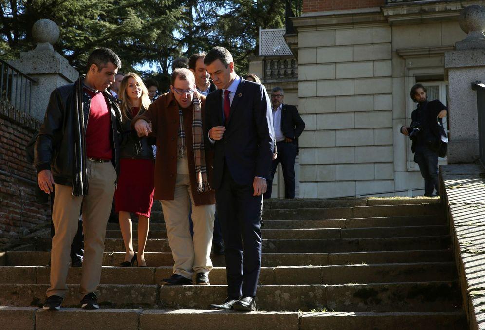 Foto: Pedro Sánchez recibe al equipo de la película 'Campeones', dirigida por Javier Fesser, este 11 de febrero en la Moncloa. (EFE)