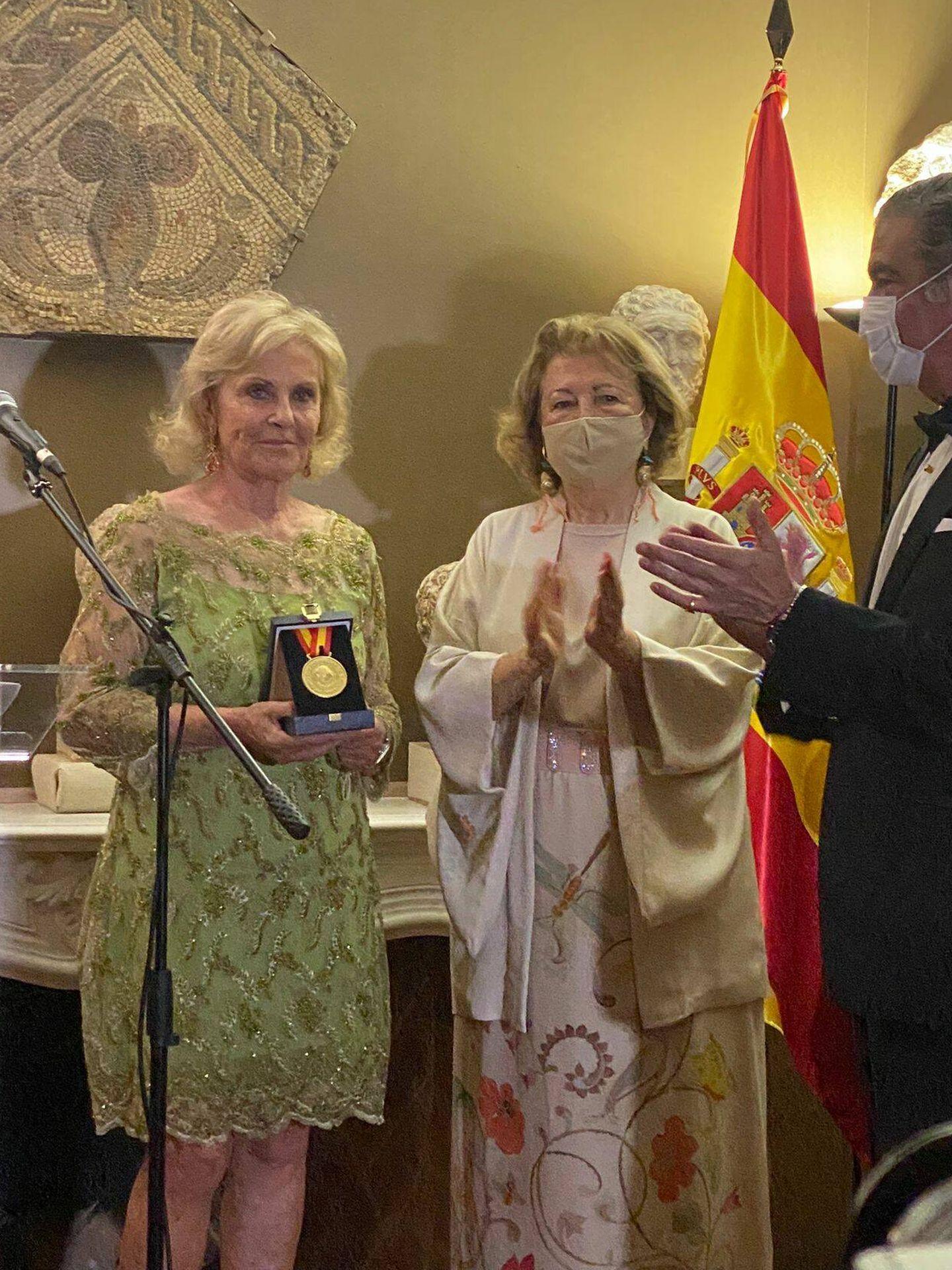 Paloma Barrientos, recogiendo su galardón. (Foto: Cortesía)