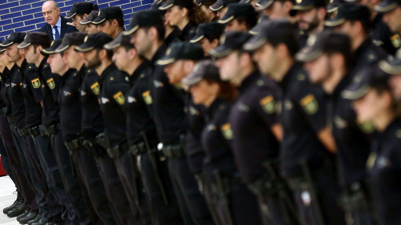 El ministro del Interior junto a 140 nuevos policías en Cataluña. (EFE)