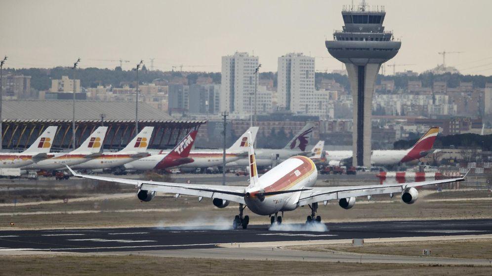 Foto: Un avión aterriza en el aeropuerto de Barajas. (Reuters)