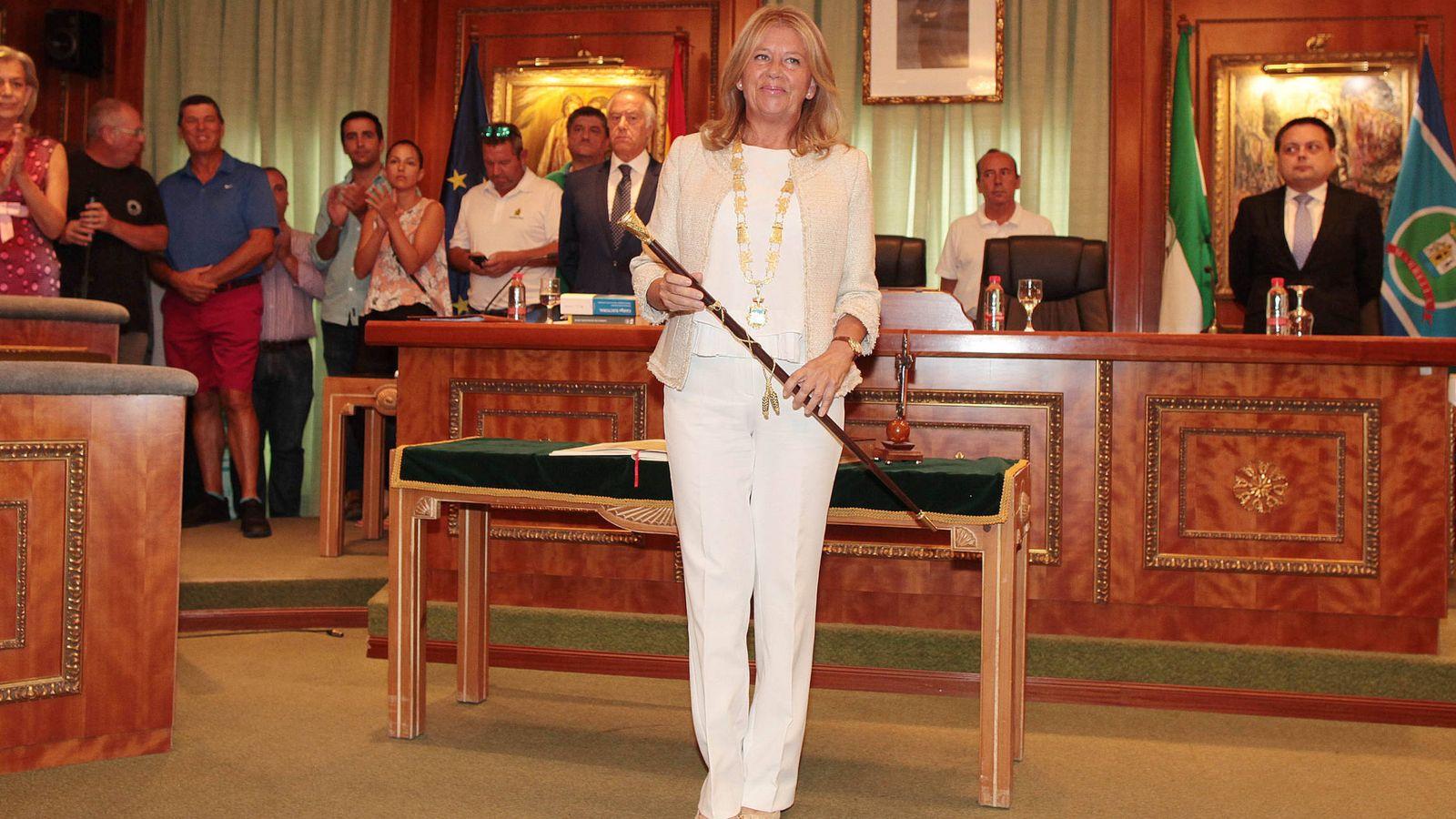 Foto: Ángeles Muñoz recupera el bastón de mando de la ciudad de Marbella. (A. de la Gama)