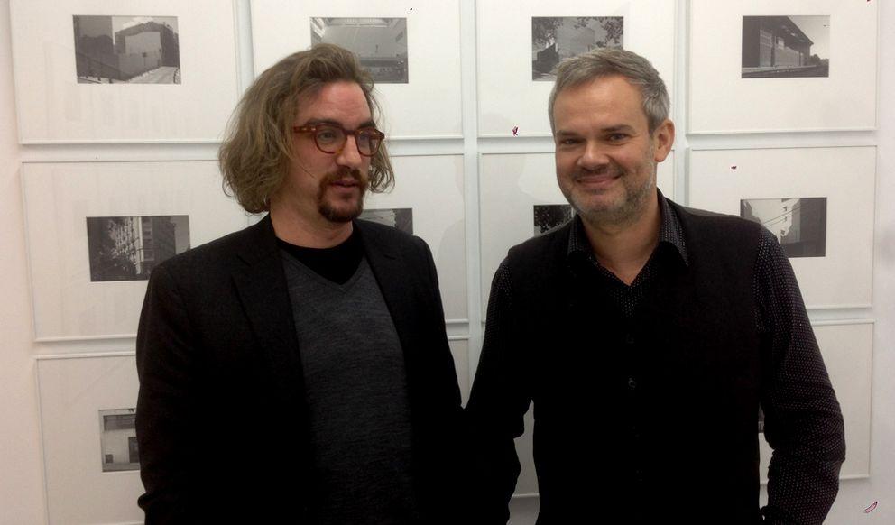 Foto: Jorge Lago, a la izquierda, y Germán Cano, a la derecha, candidatos a dirigir el área de Cultura de Podemos, en la galería Casa Sin Fin. (E.C.)