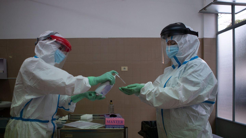 Sanitarios hacen pruebas PCR en Barcelona. (EFE)