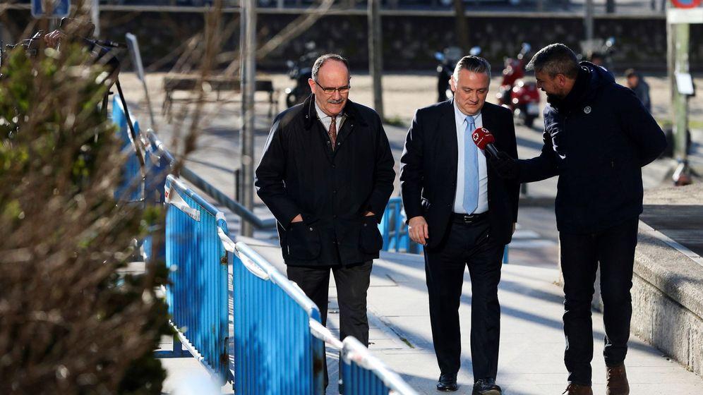Foto: El exconsejero de la Comunidad de Madrid Alfredo Prada (c) atiende a los medios a su llegada a la Audiencia Provincial de Madrid, el pasado 8 de febrero. (EFE)