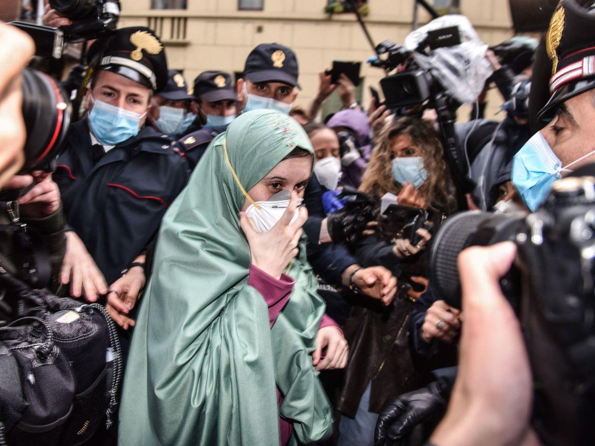 Foto: Silvia Romano a su llegada a Milán. (EFE)