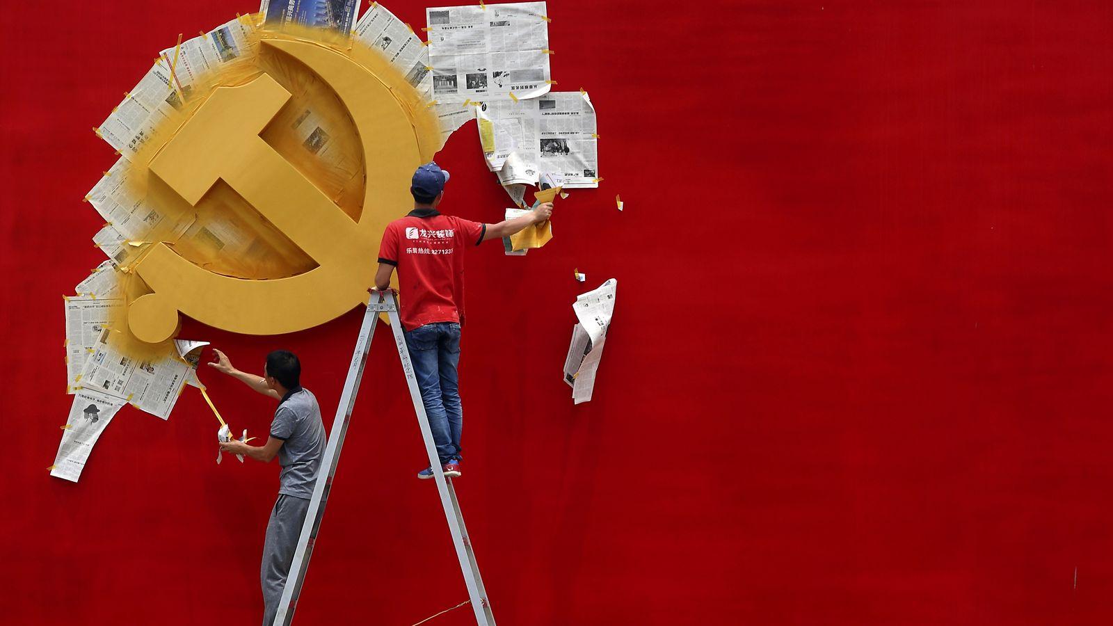 Foto: Trabajadores pintan la bandera del Partido Comunista Chino en un mueso de Jiaxing, en la provincia de Zhejiang (Reuters).