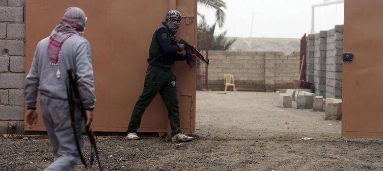 Foto: Milicianos suníes toman posiciones durante los enfrentamientos con soldados iraquíes en la ciudad de Faluya, oeste de Irak. (EFE)