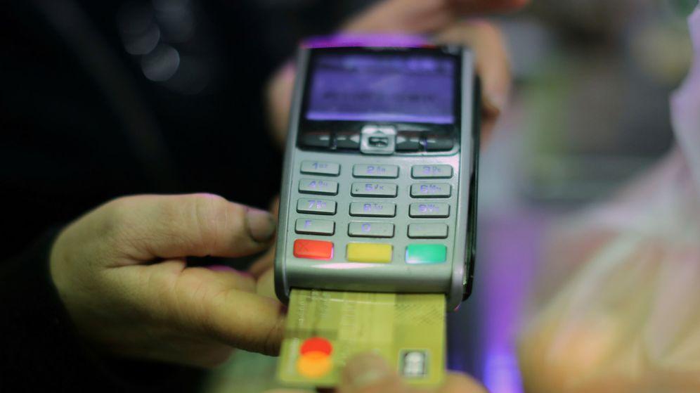 Foto: Un cliente utiliza su tarjeta de crédito para pagar en una tienda de alimentacion. (Reuters)