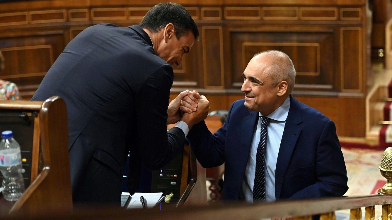 Foto: Sánchez felicita a Simancas tras su duro discurso contra Unidas Podemos. (EFE)