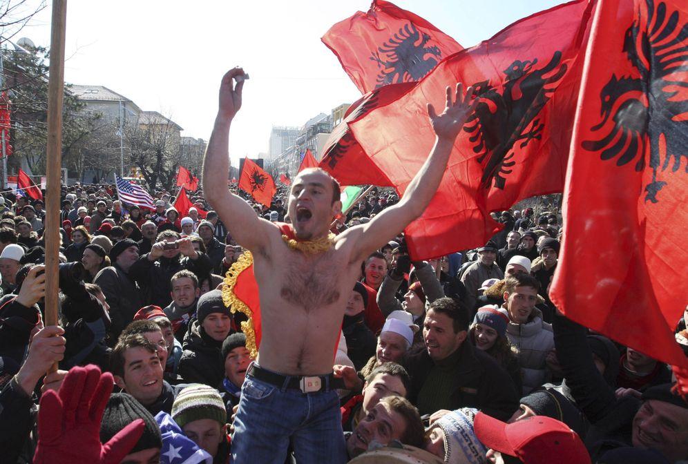Foto: Albaneses de Kosovo celebran la independencia del país, en febrero de 2008. (Reuters)