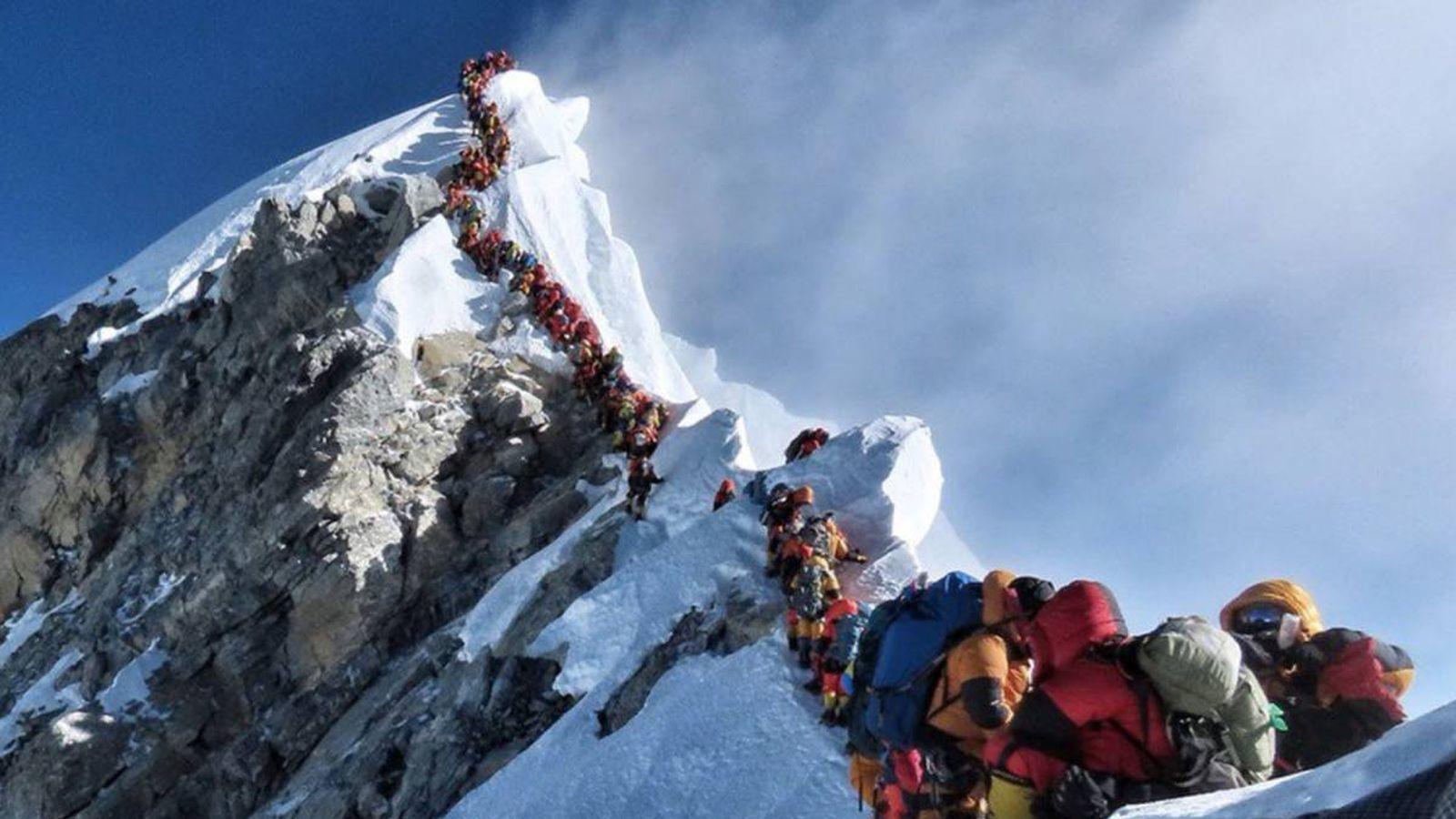 Foto: Colas para subir a la cima del Everest. (Nirmal Purja)