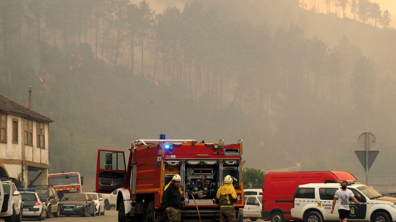 Contaminación atmosférica debida al incendio forestal en las proximidades de San Clodio, en la provincia de Ourense. Foto: EFE