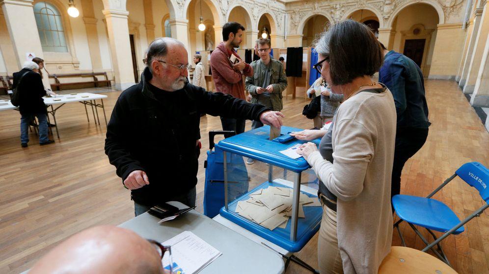 Foto: Un hombre vota en la segunda vuelta de las elecciones. (Reuters)