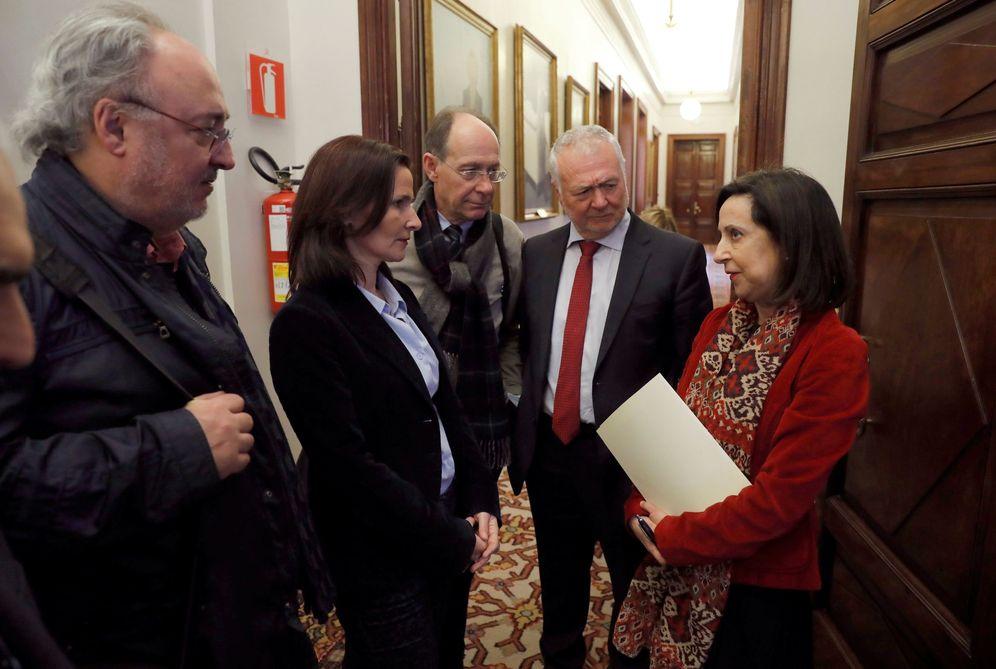 Foto: Margarita Robles (d) charla con Luz Martínez Seijo y otros diputados socialistas tras la reunión de la subcomisión del pacto educativo, este 6 de marzo. (EFE)