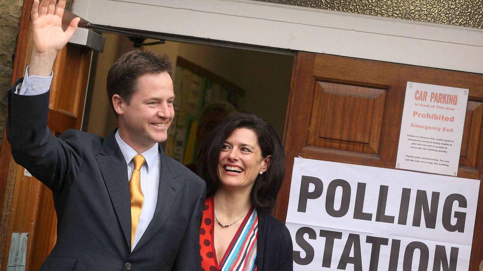 Foto: Footgrafía de archivo de Miriam González y su esposo, el liberal demócrata Nick Clegg. (EFE)