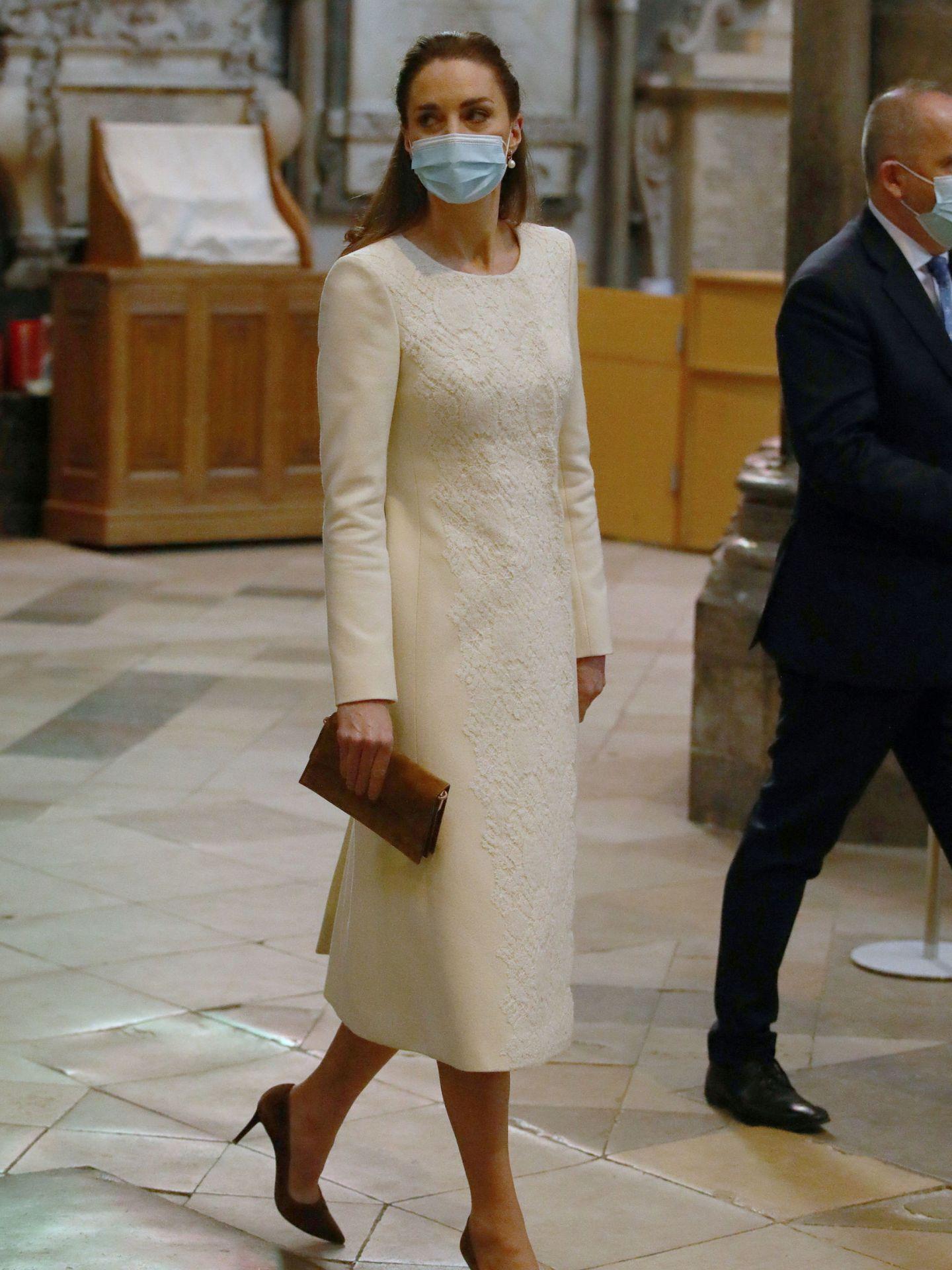 Kate Middleton con abrigo blanco de Catherine Walker en la abadía de Westminster. (Reuters)