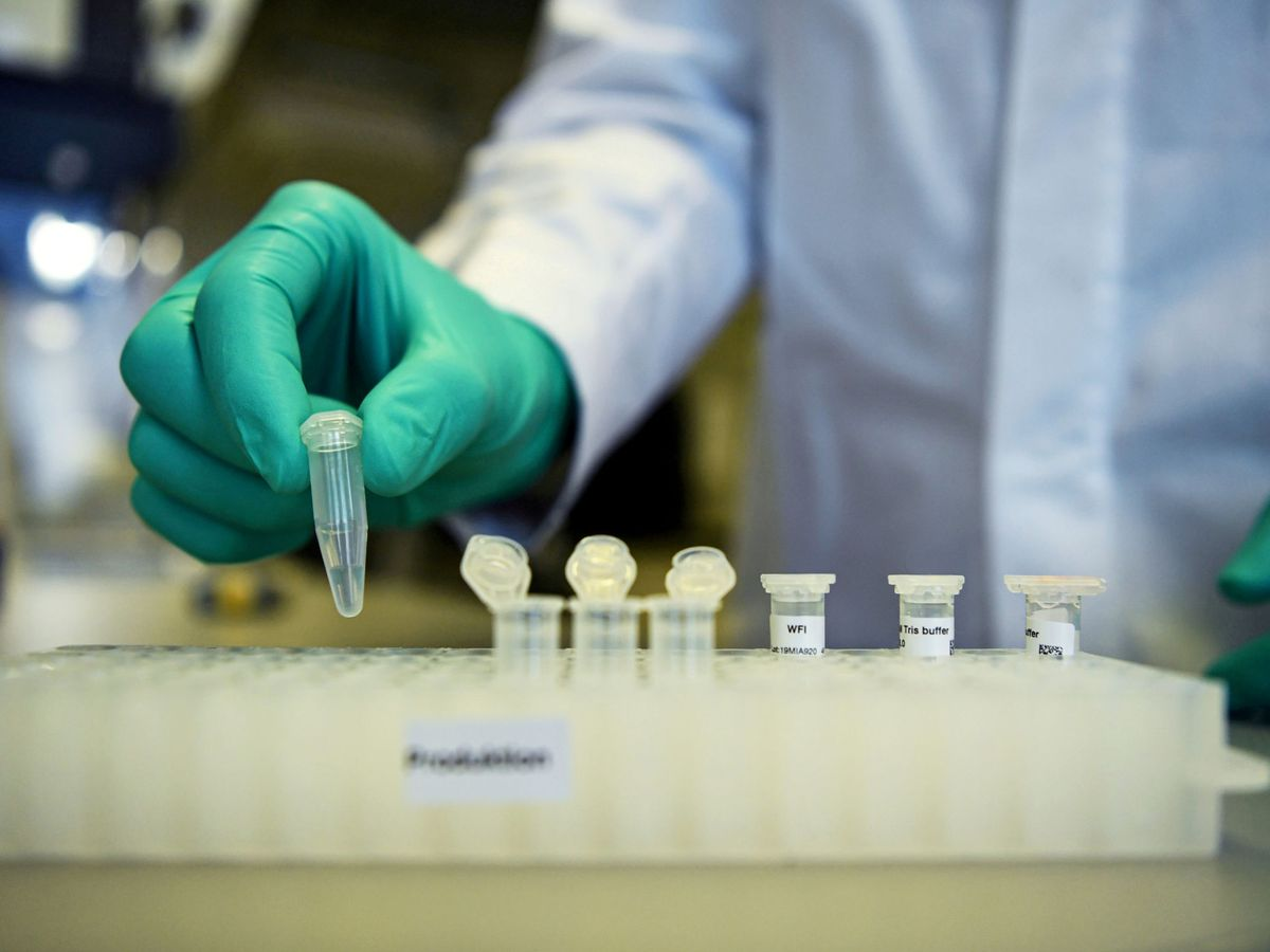 Foto: Un empleado de la compañía alemana CureVac. (Reuters)