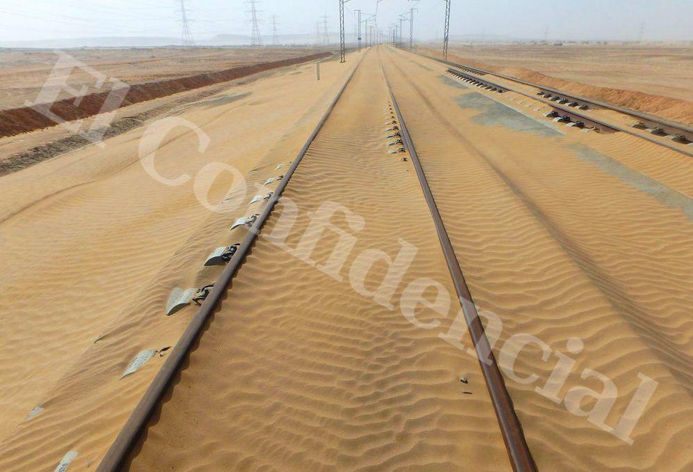 Foto: La arena cubre un tramo del AVE Medina-La Meca . El Confidencial.