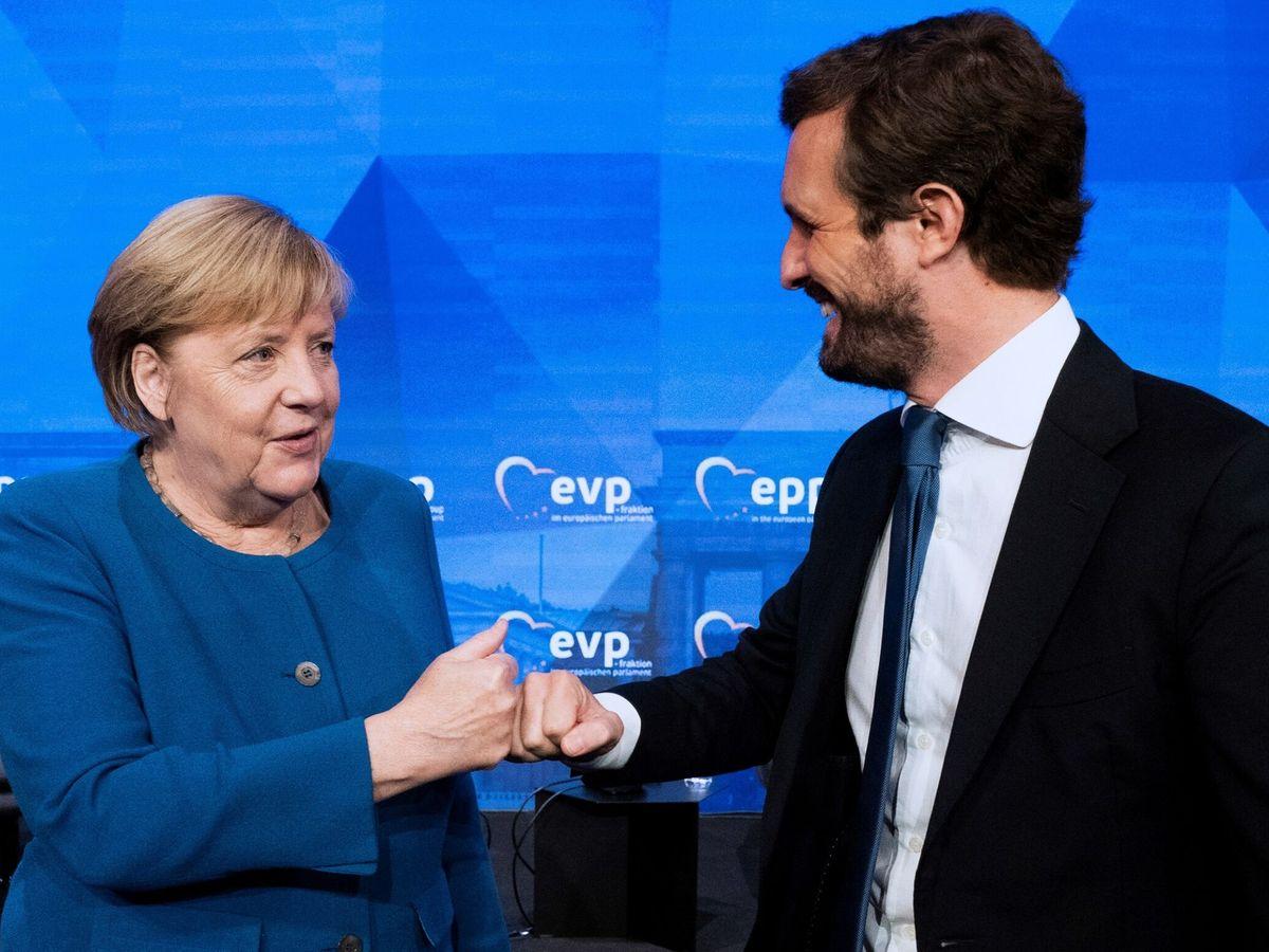 Foto: El líder del PP, Pablo Casado (d), saluda a la canciller alemana, Angela Merkel. (EFE)