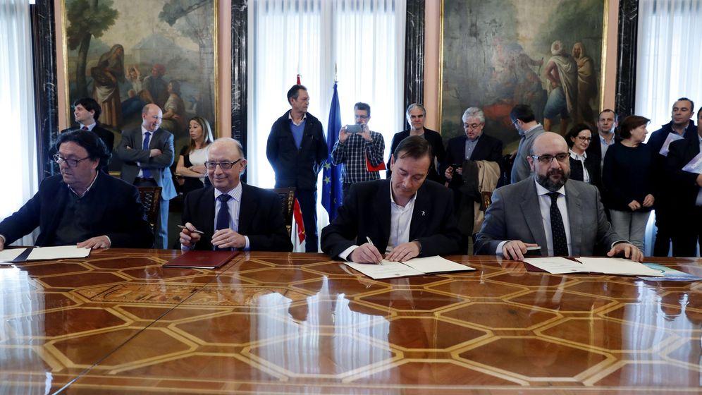 Foto: Montoro firma con los sindicatos el acuerdo para la oferta de empleo público de 2017. (EFE)