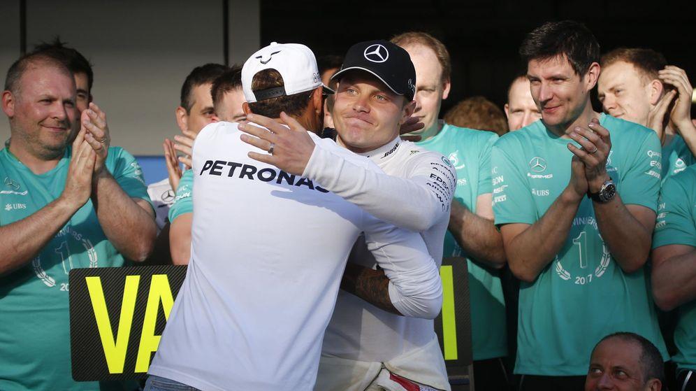 Foto: Lewis Hamilton felicitando a Valtteri Bottas en Rusia. (Reuters)