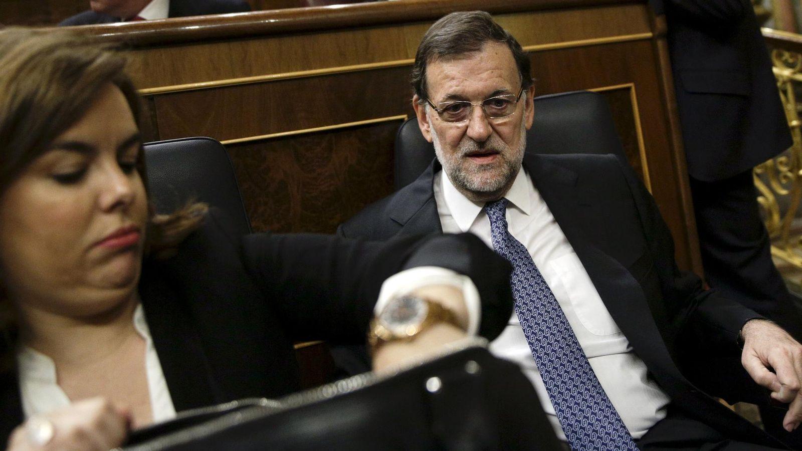 Foto: La vicepresidenta, Soraya Sáenz de Santamaría, junto a Mariano Rajoy. (Reuters)