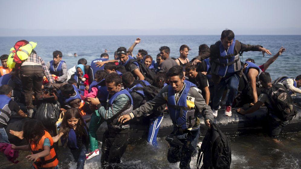 Foto: Un grupo de refugiados sirios llegan en botes hinchables a la isla griega de Lesbos. (Reuters)