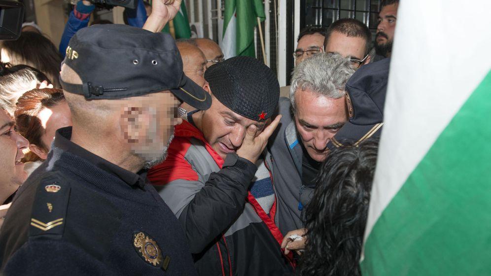 Foto: El edil de Jaén en Común (JeC) Andrés Bódalo (c) rompió a llorar al ser detenido. (EFE)