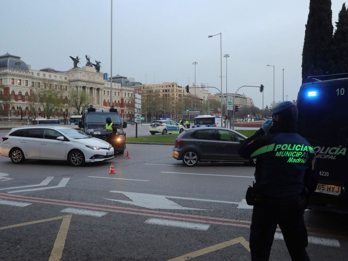 Foto: Agentes de la Policía Municipal montan guardia frente a la estación de Atocha en Madrid. (EFE)